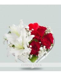 Kalp Vazoda Lilyum ve Kırmızı Güller